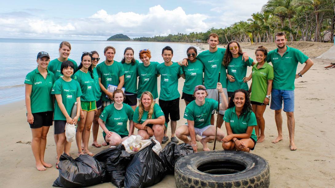 Grupo de voluntarios después de una limpieza de playa.